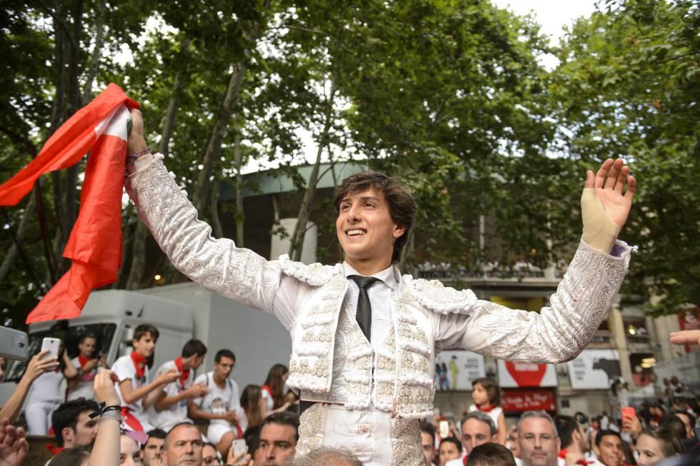 Roca Rey sale a hombros tras cortar tres orejas en la plaza de Pamplona.