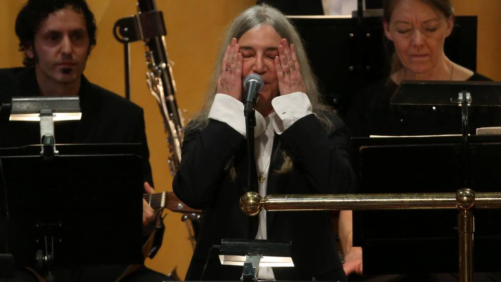 Patti Smith, emocionada en su actuación en la gala de los premios Nobel.