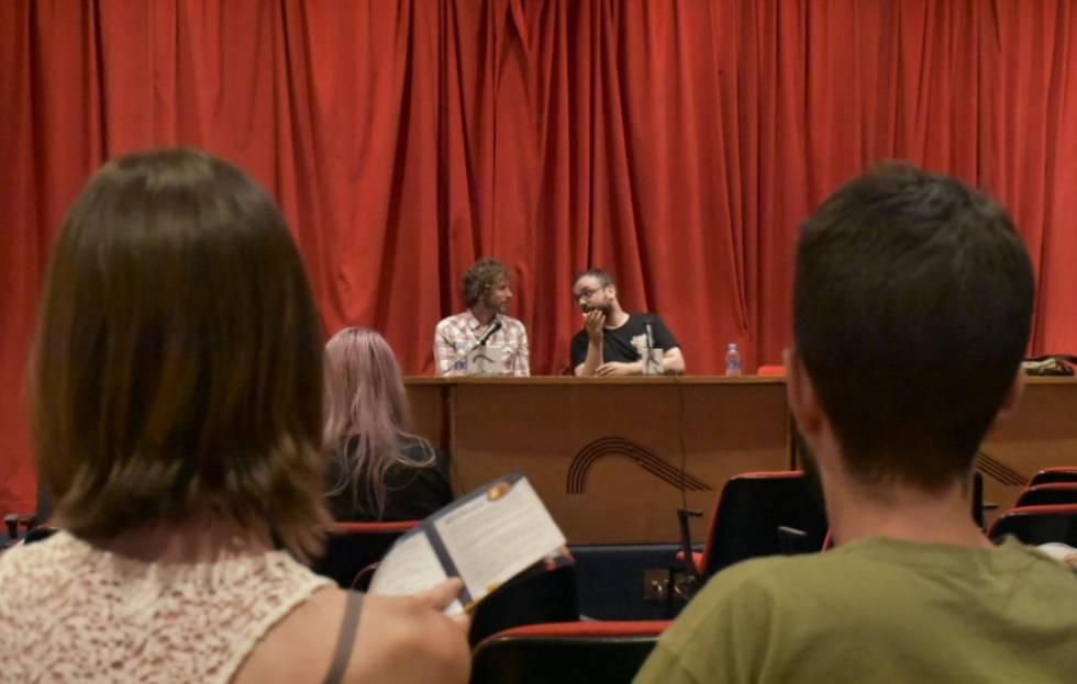 El diseñador de videojuegos Tom Jubert durante la charla de 'Letras y bits' moderada por 1UP.