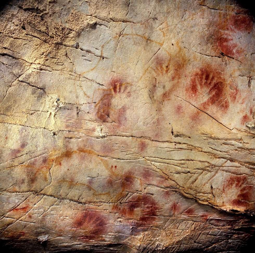 Pinturas rupestres en la cueva cántabra de El Castillo.