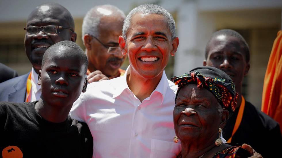 El expresidente estadounidense Barack Obama (c) posa junto a sus abuelastra Sarah Onyango Obama (dcha) y un estudiante (izq) en Kogelo, el pueblo de sus antepasados, a unos 400 kilómetros de Nairobi (Kenia).