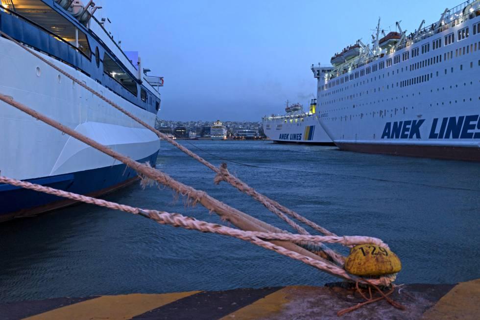 Ferris atracados en el puerto del Pireo (Atenas).