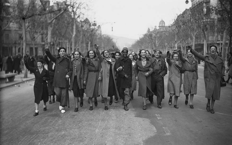 Celebración de la victoria franquista en el Paseo de Gràcia, de Barcelona, el 27 de enero de 1939, con jóvenes barcelonesas de la burguesía catalana confraternizando con los soldados.
