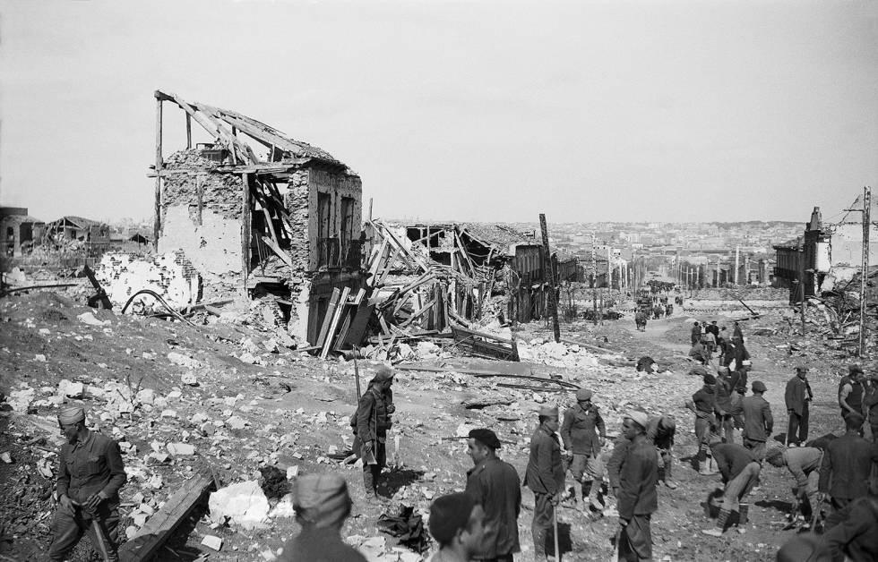 Entrada de las tropas franquistas en Madrid, el 28 de marzo de 1939. En la imagen, la calle del General Ricardos, en Carabanchel y al fondo la capital.