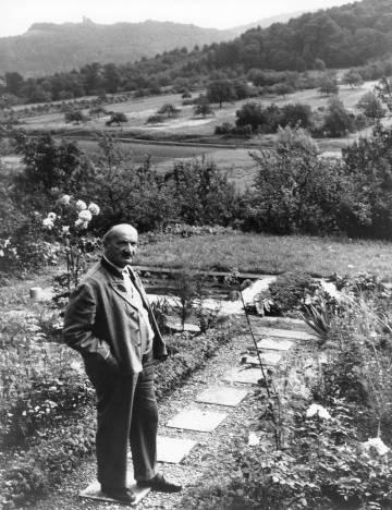 El filósofo Martin Heidegger, en su jardín en torno a 1964.