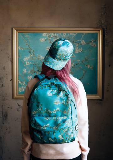 Una joven contempla 'Almendro en flor', de Van Gogh, con una mochila basada en el cuadro.