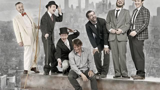 El director Sergio Peris-Mencheta, sentado, posa con los actores de 'Lehman Trilogy' en una imagen promocional. De izquierda a derecha, los actores Darío Paso, Víctor Clavijo, Pepe Lorente, Leo Rivera, Litus y Aitor Beltrán.