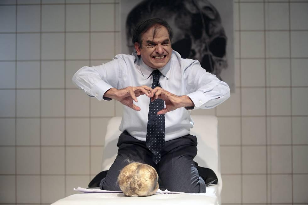 Héctor Manrique como Edmundo Chirinos.
