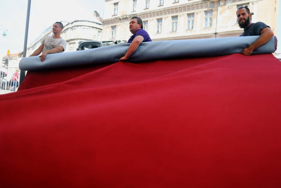Trabajadores preparan la alfombra roja del festival de cine de Sarajevo, el pasado 9 de agosto.