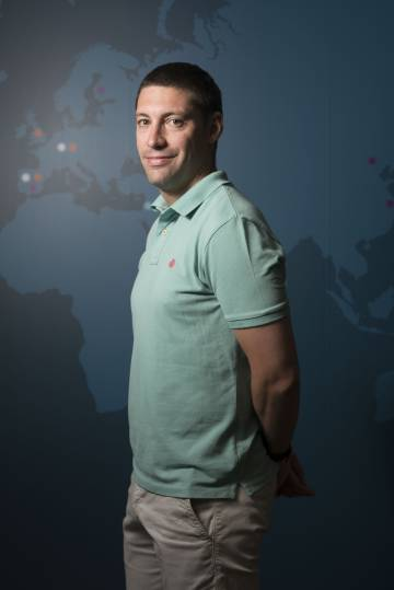 Alberto Cabanes, fundador del proyecto de voluntariado, adopta a un abuelorn rn