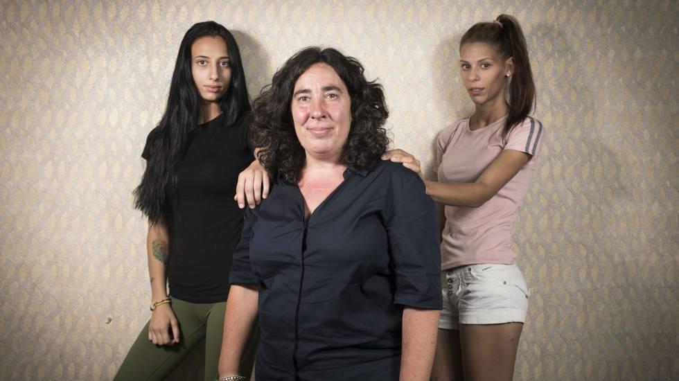 La directora Arantxa Echevarria y las dos protagonistas Zaira Romero (i) y Rosy Rodriguez (d) de la pelicula Carmen y Lola.