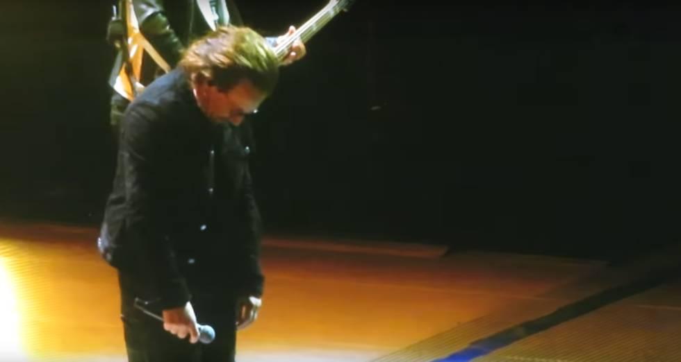 Bono se disculpa ante el público tras cancelar anoche el segundo concierto de U2 en Berlín.