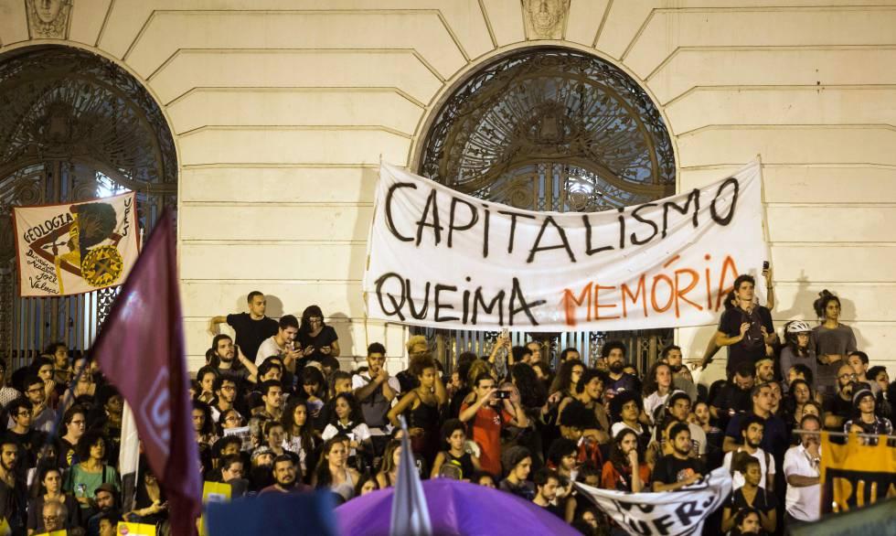Protesta en Río de Janeiro, el pasado lunes, tras el incendio del Museo Nacional de Brasil.