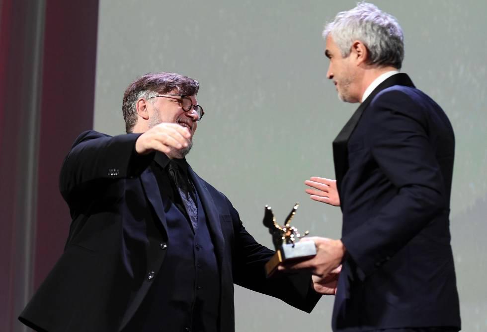 Alfonso Cuaró recibe la felicitación del presidente del jurado, su amigo Guillermo del Toro.