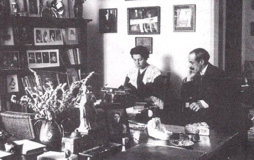 María Lejárraga e o marido em sua casa em Madri.