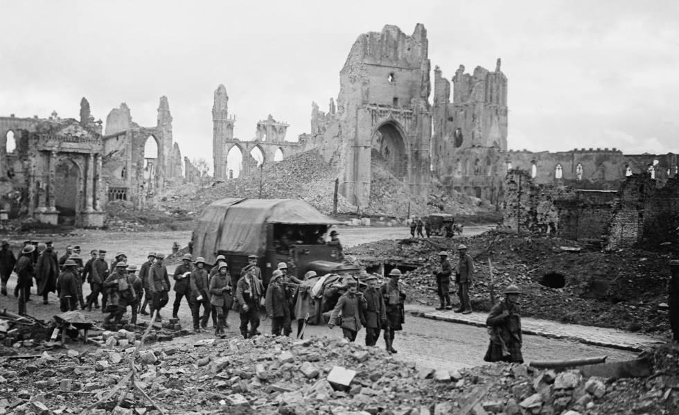 Prisioneros alemanes en la plaza de la Catedral de la ciudad belga de Ypres, en 1917.
