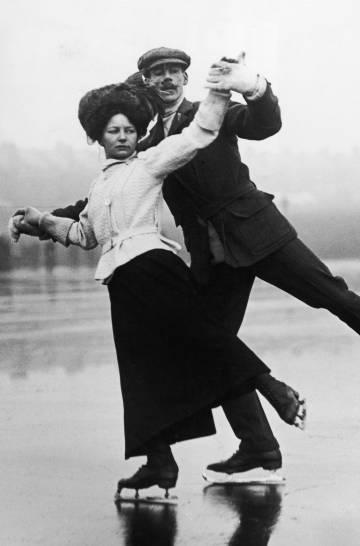 Una pareja patina en un lago al norte de Londres en torno a 1910.