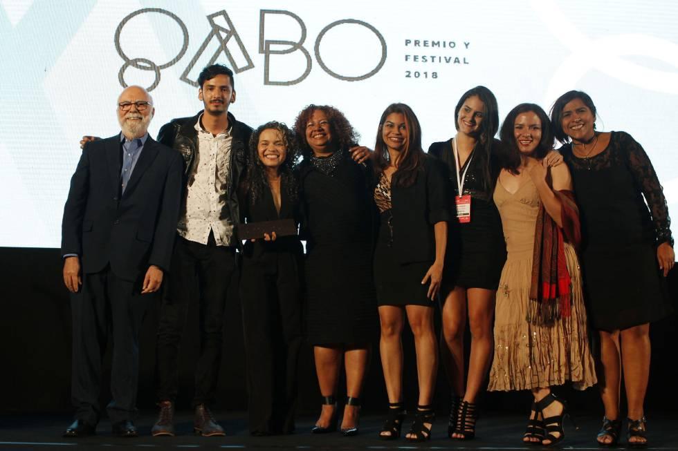 Miembros de 'El Tiempo' y de 'Efecto Cocuyo' tras recibir el premio.
