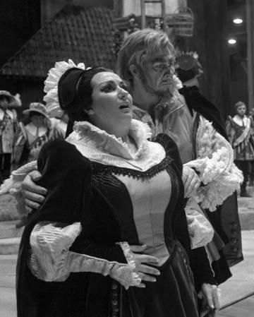 Montserrat Caballé interpreta a Luisa Miller junto al barítono Sherrill Milnes, en el Metropolitan Opera de Nueva York, en 1968.