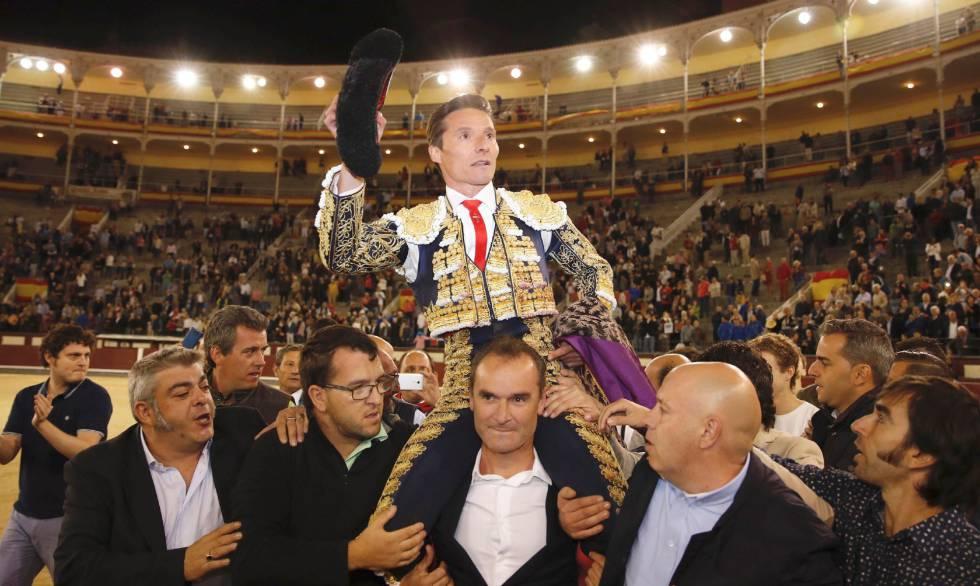 El diestro Diego Urdiales sale por la puerta grande tras el sexto y último festejo de la Feria de Otoño de Las Ventas.