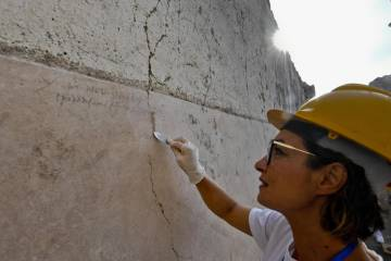 Arqueóloga aponta a inscrição achada
