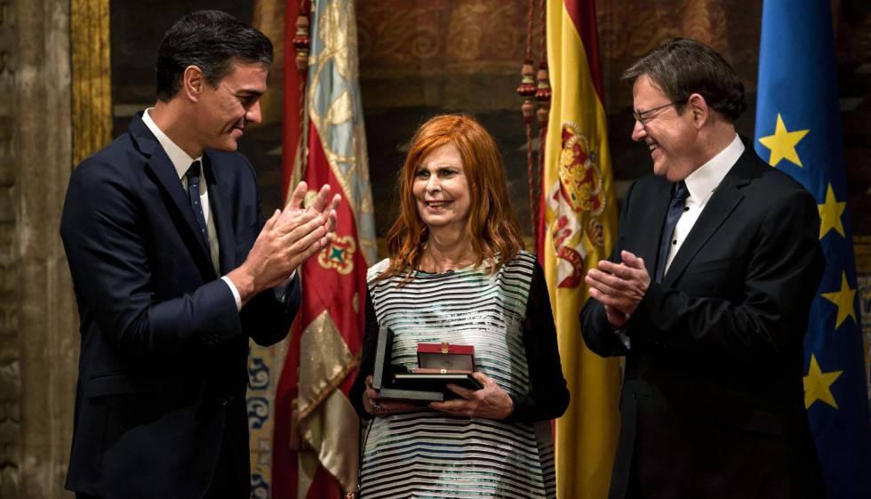 Carmen Alborch, cuando recogió la Alta Distinción de la Generalitat valenciana, el pasado 24 de octubre, junto al presidente del Gobierno, Pedro Sánchez (izquierda), y el 'president' de la Generalitat, Ximo Puig.