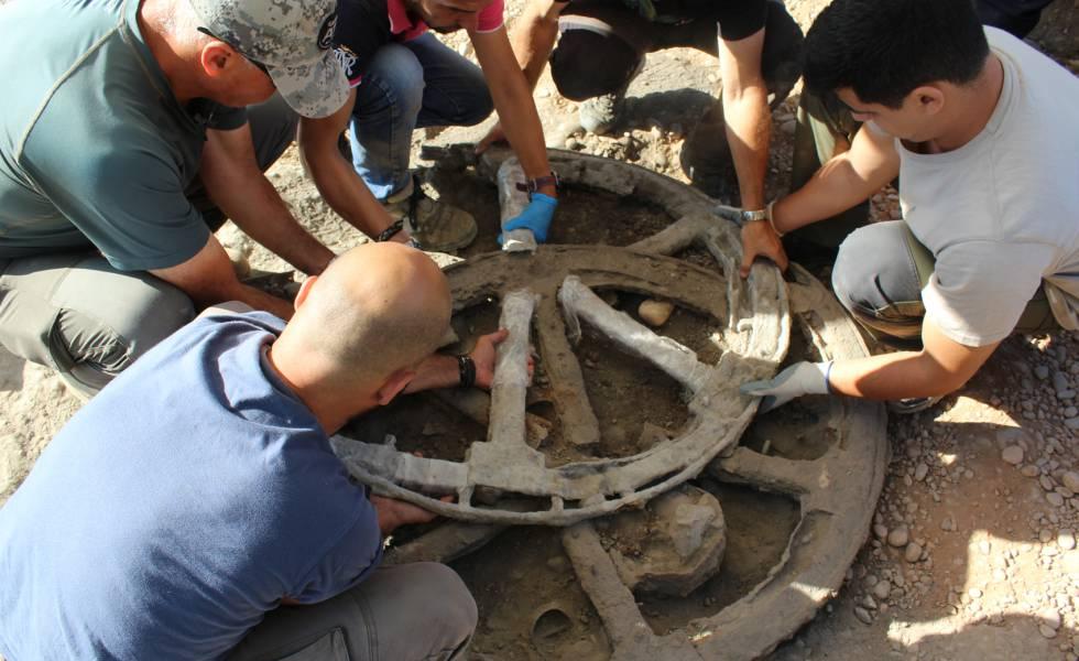 Ruedas halladas en el yacimiento de Montemayor (Córdoba), en una imagen cedida por el equipo de arqueólogos,