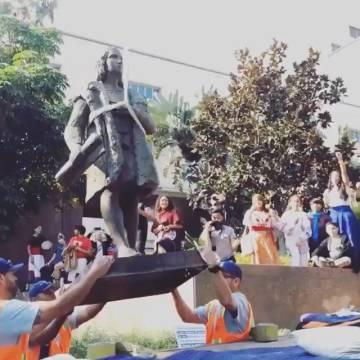 Momento en que se retiró la estatua de Cristóbal Colón en Los Ángeles el pasado sábado.