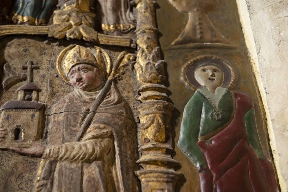 Imagen, a la derecha, de una santa tras su restauración.