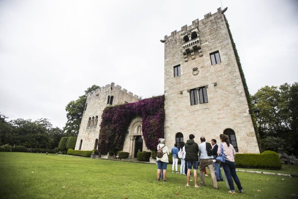 Visitantes del pazo de Meirás, bajo la Torre de la Quimera en la que Pardo Bazán guardaba su biblioteca. ÓSCAR CORRAL