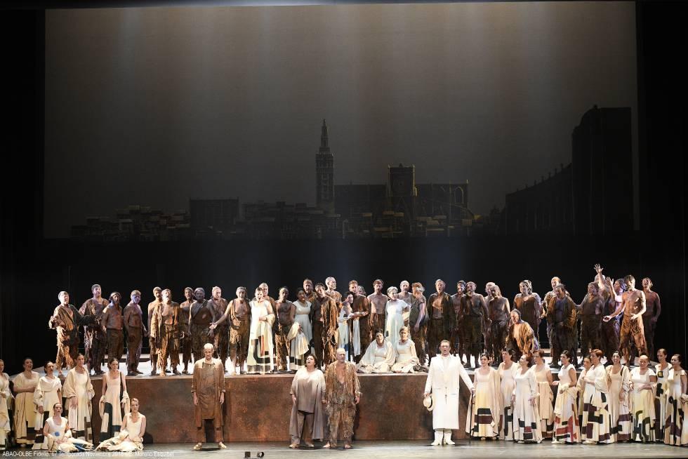 Solistas de la ópera 'Fidelio' junto al Coro de la Ópera de Bilbao al final de la representación 1.000 de la ABAO, ayer en el Palacio Euskalduna.