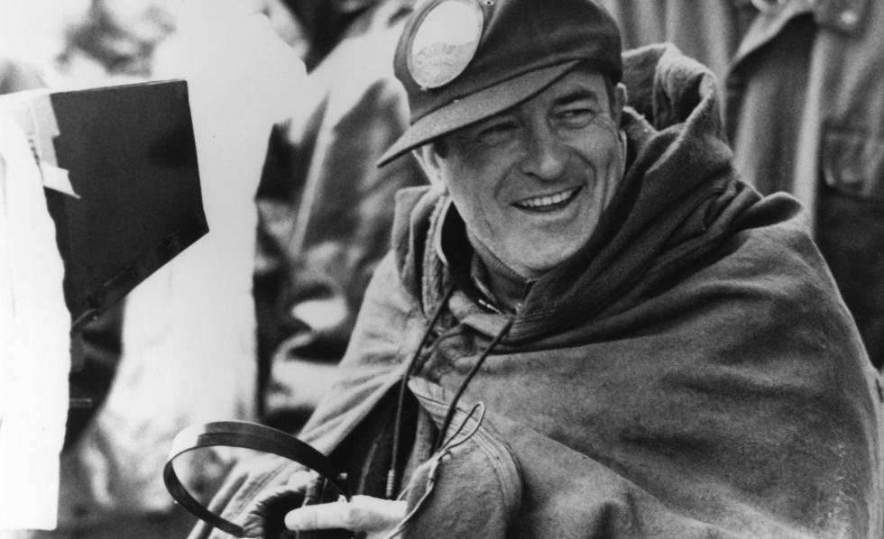 Bernardo Bertolucci, durante el rodaje de 'El cielo protector'.