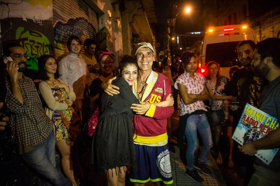 Manu Chao extiende su leyenda a Paraguay cantando por ...