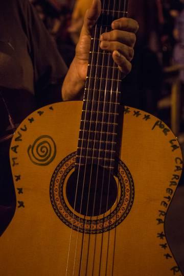 La guitarra de Pachín Centurion firmada por Manu Chao.