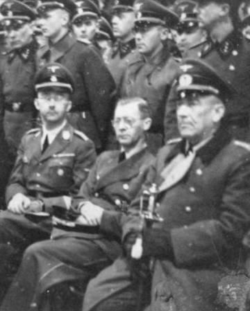 Heinrich Himmler, segundo por la izquierda, visitando Noruega en 1942.