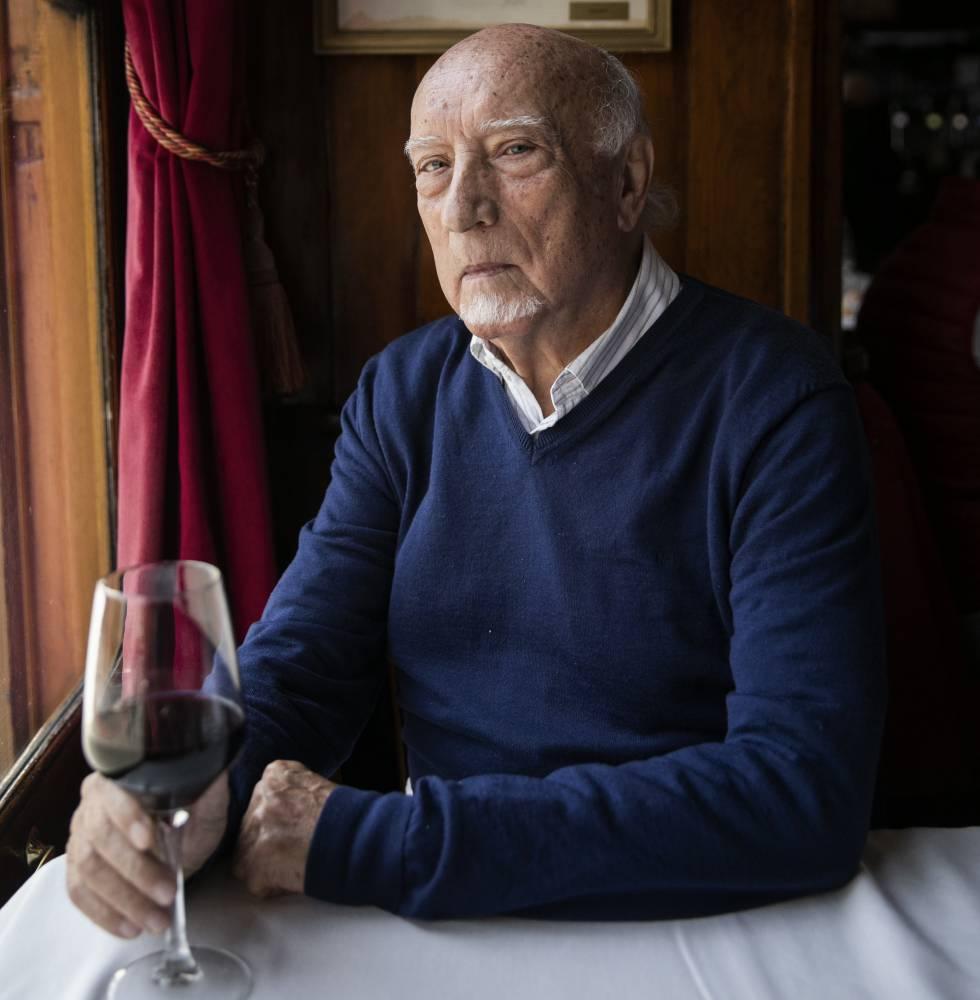 Manuel Vicent, ayer, en el Café Gijón de Madrid.