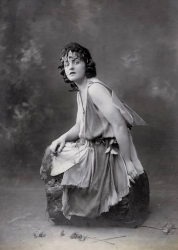 Pamela Lyndon Travers, por volta de 1924.