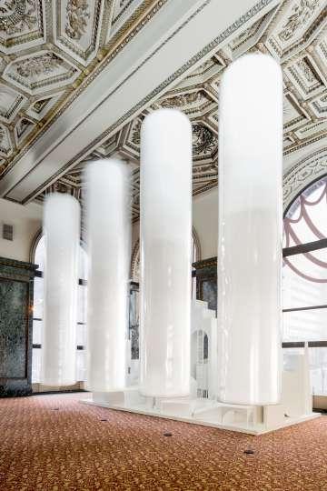 'Columnas flotantes de 5 metros' (2015), de MAIO Architects.