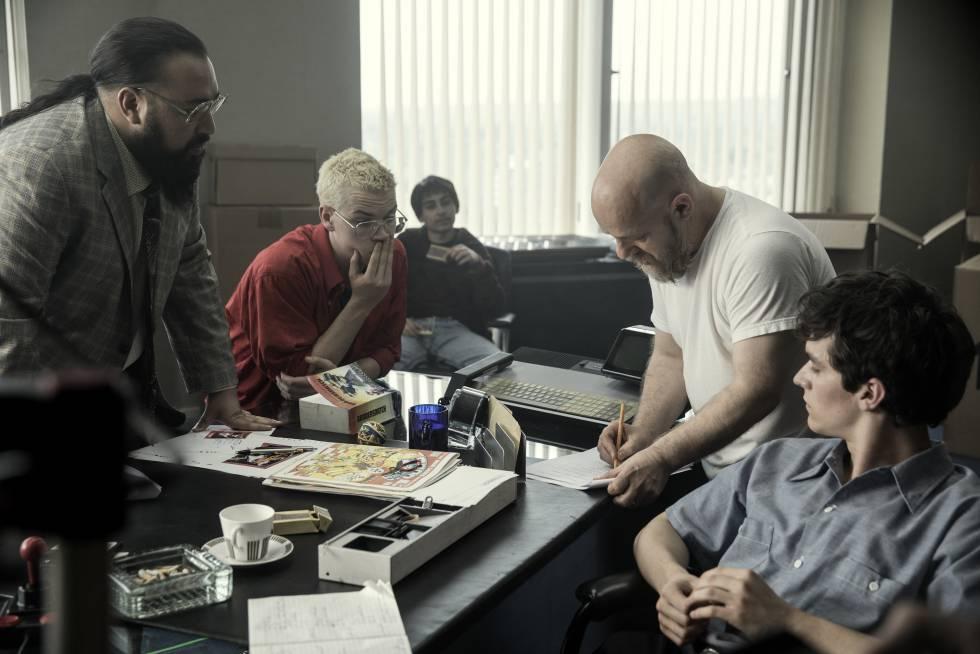 El director David Slade (segundo por la derecha), durante el rodaje de 'Bandersnatch'.