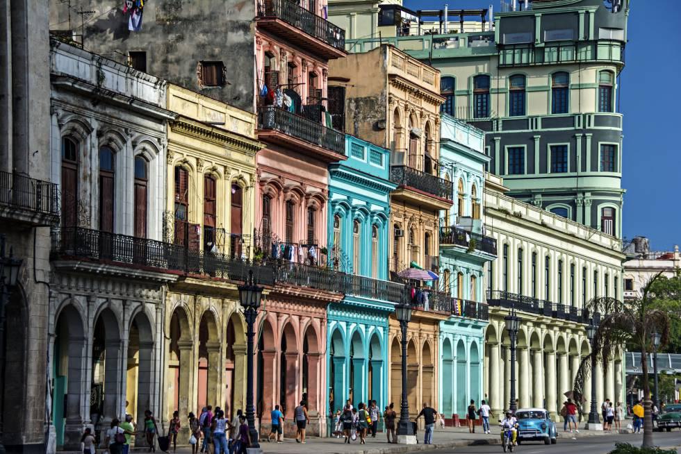 Turistas bajo los coloridos edificios con columnas en sus soportales en La Habana.