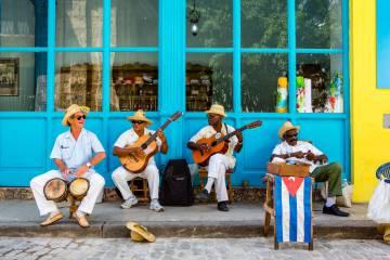 Un cuarteto de músicos cubanos toca para turistas en las calles de La Habana Vieja.