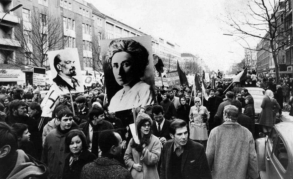 Carteles de Rosa Luxemburgo y Lenin en una manifestación en Berlín contra la guerra de Vietnam, el 18 de febrero de 1968.