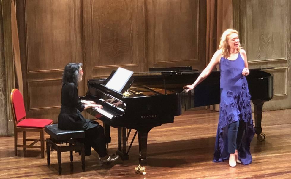 La pianista Mitsuko Uchida y la mezzosoprano Magdalena Kožená durante su recital en Bilbao.