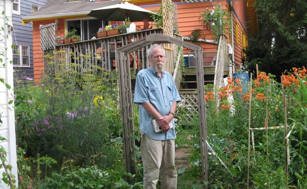 El escritor Tom Savage, en el patio de su casa de Madison (Wisconsin), en 2009.