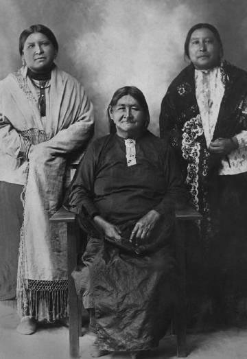 Mollie (derecha), con su hermana y la madre de ambas, Lizzie.