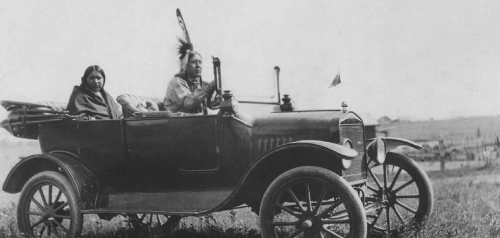 Una familia osage, en su automóvil, en los años veinte.