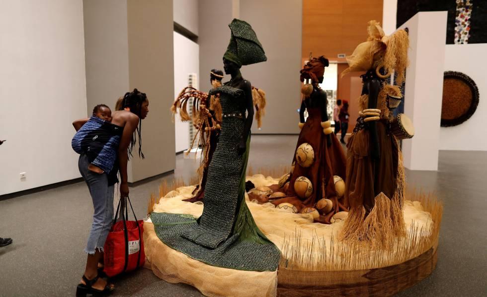 Visitantes en el nuevo Museo de las Civilizaciones Negras, en Dakar (Senegal).