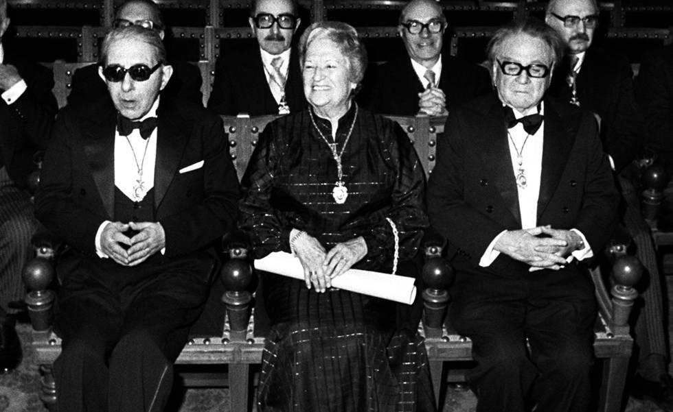 Carmen Conde, entre Gonzalo Torrente Ballester (izquierda) y Manuel Terán, en la sede de la RAE en su investidura como académica de la lengua el 28 de enero de 1979.