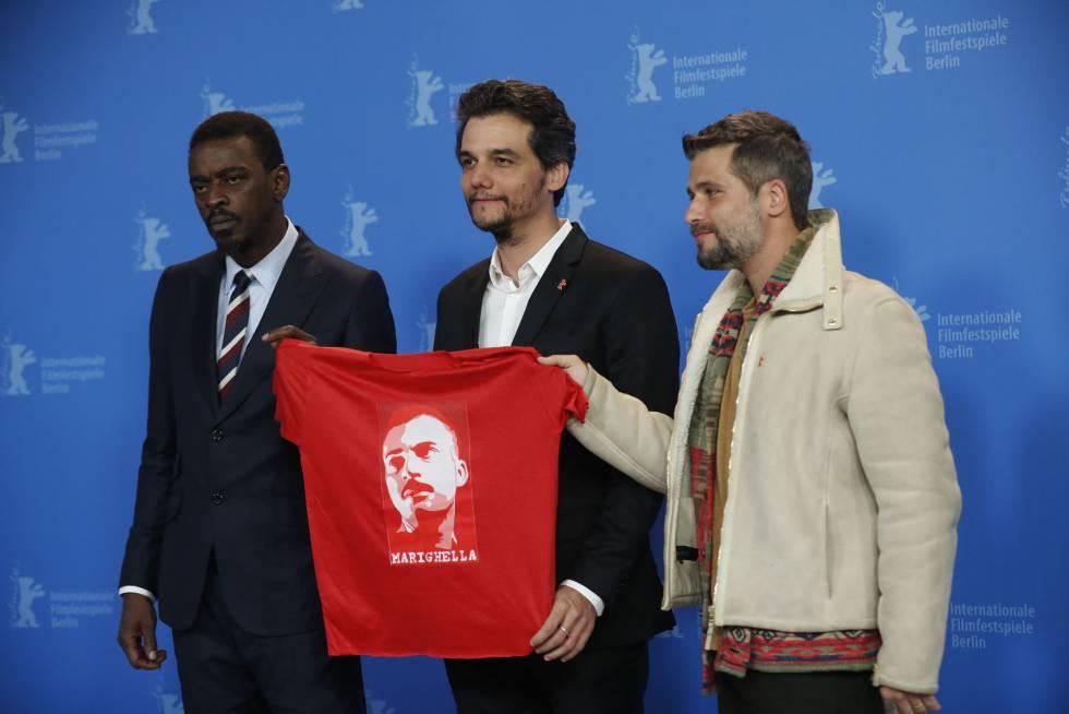 Desde la izquierda, el actor y músico Seu Jorge, el director Wagner Moura y el actor Bruno Gagliasso, con una camiseta con el retrato de Marighella.