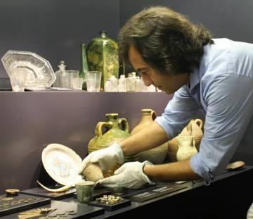 Carlos León revisa los restos de un naufragio, en el Museo de las Atarazanas Reales de Santo Domingo.